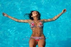 Relájese en una piscina Imagenes de archivo