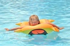 Relájese por completo en la piscina Imagen de archivo libre de regalías