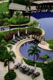 Relájese por la piscina Fotos de archivo libres de regalías