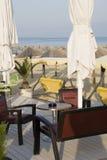 Relájese por tiempo del café con una vista del mar Imagen de archivo libre de regalías