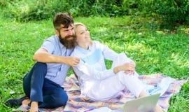 Relájese y concepto de la inspiración La familia goza para relajar el fondo de la naturaleza Pares con el ordenador portátil rela foto de archivo