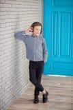 Relájese y concepto de la música que escucha Terraplén europeo del muchacho el pedazo Muchacho en ropa de sport Foto de archivo
