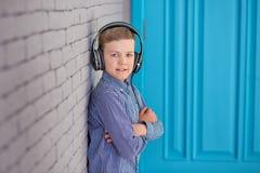 Relájese y concepto de la música que escucha Terraplén europeo del muchacho el pedazo Muchacho en ropa de sport Fotografía de archivo libre de regalías