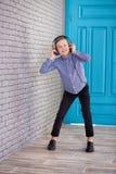 Relájese y concepto de la música que escucha Terraplén europeo del muchacho el pedazo Muchacho en ropa de sport Imagenes de archivo