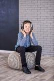Relájese y concepto de la música que escucha Terraplén europeo del muchacho el pedazo Muchacho en ropa de sport Fotos de archivo libres de regalías