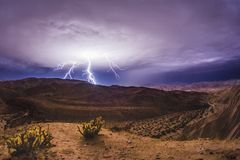 Relámpago épico y tempestad de truenos en el desierto de California meridional fotografía de archivo libre de regalías