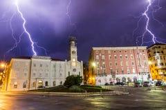 Relámpago de la tempestad de truenos sobre la ciudad del croacia de la fractura Foto de archivo libre de regalías