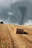 Relámpago del tornado y balas de heno Imagen de archivo libre de regalías