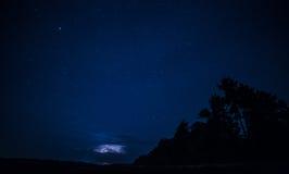 Relámpago en el cielo nocturno Imágenes de archivo libres de regalías