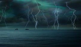 Relámpago en el cielo sobre el mar Fotos de archivo