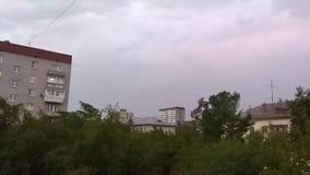 Relámpago horizontal a través del cielo después de un flash en las nubes sobre la ciudad metrajes
