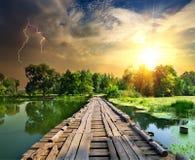 Relámpago sobre el puente de madera fotografía de archivo libre de regalías