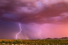 Relámpago y cielo rosado Fotografía de archivo libre de regalías