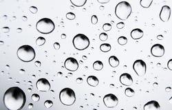 relâche l'eau en verre photos libres de droits