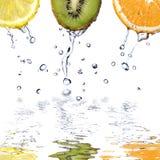 relâche le blanc de l'eau d'isolement par fuits frais Photo libre de droits