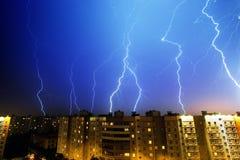 Relâmpago acima da cidade da noite Imagens de Stock Royalty Free