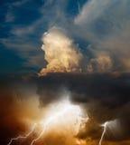 Relâmpago brilhante no céu tormentoso escuro, conceito da previsão de tempo fotos de stock