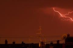 Relâmpago do trovão sobre os telhados da cidade Fotografia de Stock Royalty Free