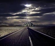 Relâmpago e a estrada à cidade imagens de stock royalty free