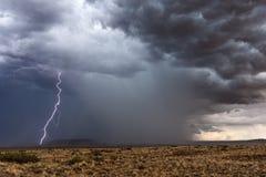 Relâmpago e temporal com as nuvens de tempestade escuras imagens de stock