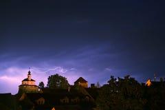 Relâmpago em uma tempestade na cidade medival velha com castelo e uma capela (Kamnik, Eslovênia) Imagem de Stock