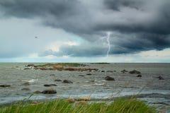Relâmpago no mar tempestade do verão que vem em terra imagem de stock