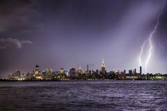Relâmpago que bate um arranha-céus de New York City no crepúsculo Fotos de Stock Royalty Free