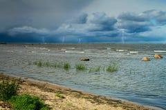 Relâmpago tempestade do verão que vem em terra as ondas que batem agains Imagens de Stock Royalty Free