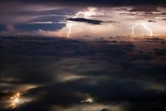 Relâmpagos múltiplos sobre o vale coberto com as nuvens Fotografia de Stock