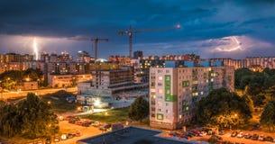 Relâmpagos sobre o bairro social Tempestade da noite na cidade Fotos de Stock
