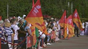 Relè di torcia aspettante della gente di fuoco con la fiamma di pace prima dei secondi giochi europei 2019 a MINSK BOBRUISK, BIEL archivi video