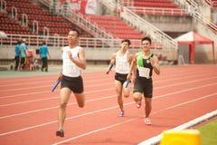 Relè nel campionato atletico aperto 2013 della Tailandia. immagini stock