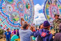 Relèvement d'un cerf-volant géant, tout le jour de saints, Guatemala Image stock
