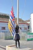 Relèvement du drapeau provincial au Golfe de Georgia Cannery Photographie stock