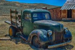 relíquia do caminhão dos anos 30, situada em Bodie State Park, CA fotos de stock