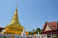 Relíquias da Buda no chedi dourado do templo de Wat Phra That Chae Haeng Fotografia de Stock