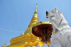 Relíquias da Buda no chedi dourado do templo de Wat Phra That Chae Haeng Imagem de Stock