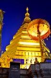 Relíquias da Buda no chedi dourado do templo de Wat Phra That Cho Hae Foto de Stock