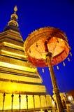 Relíquias da Buda no chedi dourado do templo de Wat Phra That Cho Hae Fotos de Stock Royalty Free