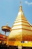 Relíquias da Buda no chedi dourado do templo de Wat Phra That Cho Hae Imagens de Stock Royalty Free