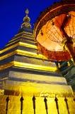Relíquias da Buda no chedi dourado do templo de Wat Phra That Cho Hae Fotografia de Stock