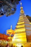 Relíquias da Buda no chedi dourado do templo de Wat Phra That Cho Hae Imagem de Stock