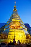 Relíquias da Buda no chedi dourado do templo de Wat Phra That Cho Hae Fotos de Stock