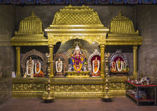 Relíquias hindu da religião com flores e deuses dos elefantes imagens de stock royalty free