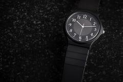 Relógio análogo preto unisex sem marca simples com espaço da cópia para o texto fotografia de stock