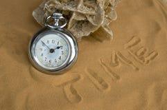 Relógio antigo na areia do deserto Foto de Stock Royalty Free