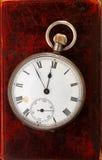 Relógio antigo no couro imagens de stock