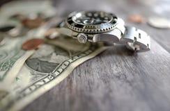 Relógio automático manufaturado icônico, suíço do mergulho do ` s dos homens visto em notas de dólar usadas Imagens de Stock Royalty Free