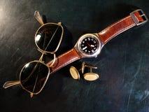 Relógio, botões do punho e óculos de sol masculinos fotografia de stock