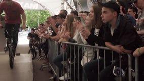 Relógio da audiência em cavaleiros do bmx no skatepark emoções Movimento lento filme